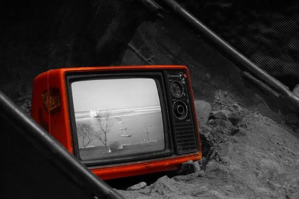 処分する古いテレビ